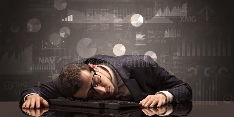 Uomo d'affari che dorme con i grafici, i grafici ed il concetto di rapporti fotografie stock libere da diritti
