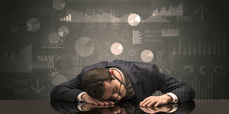 Uomo d'affari che dorme con i grafici, i grafici ed il concetto di rapporti fotografia stock libera da diritti