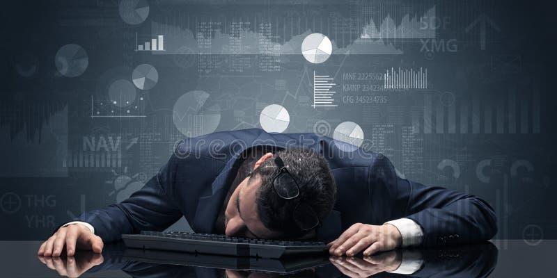 Uomo d'affari che dorme con i grafici, i grafici ed il concetto di rapporti fotografia stock