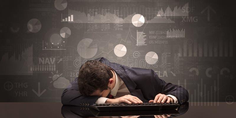 Uomo d'affari che dorme con i grafici, i grafici ed il concetto di rapporti fotografie stock