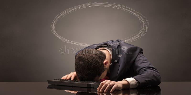 Uomo d'affari che dorme e che sogna nel suo luogo di lavoro fotografia stock