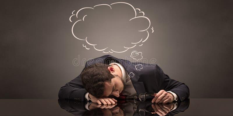 Uomo d'affari che dorme e che sogna nel suo luogo di lavoro fotografie stock