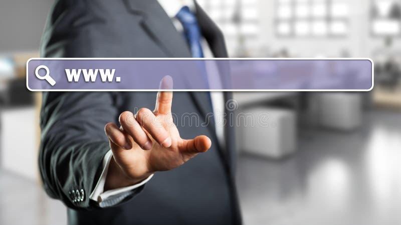 Uomo d'affari che entra in un indirizzo di web immagine stock libera da diritti
