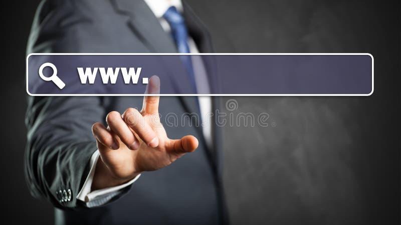 Uomo d'affari che entra in un indirizzo di web fotografie stock libere da diritti