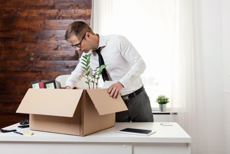 Uomo d'affari che entra in un nuovo ufficio immagine stock libera da diritti