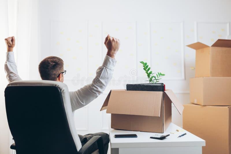 Uomo d'affari che entra in un nuovo ufficio immagine stock
