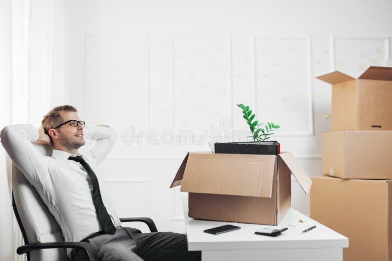 Uomo d'affari che entra in un nuovo ufficio fotografia stock libera da diritti