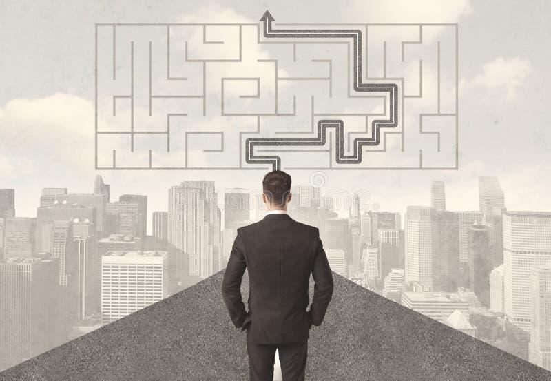 Uomo d'affari che esamina strada con labirinto e la soluzione illustrazione vettoriale