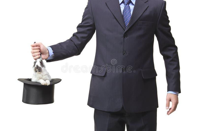 Uomo d'affari che estrae un coniglio fotografia stock libera da diritti