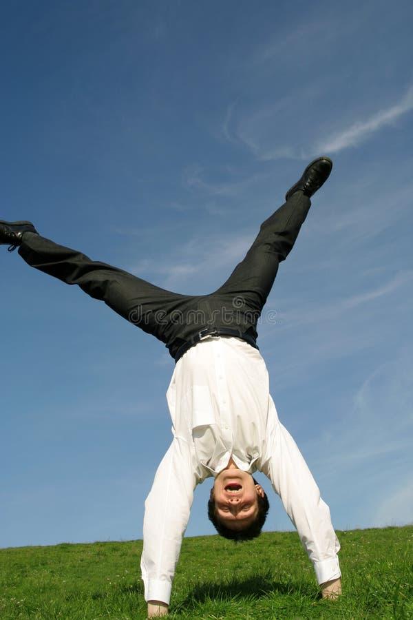 Uomo d'affari che fa cartwheel immagine stock libera da diritti