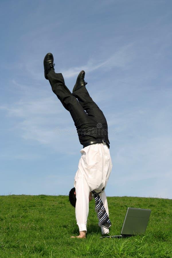 Uomo d'affari che fa handstand fotografie stock