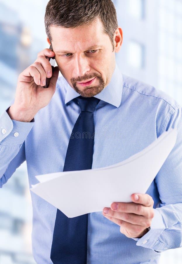 Uomo d'affari che fa una chiamata di telefono fotografie stock libere da diritti