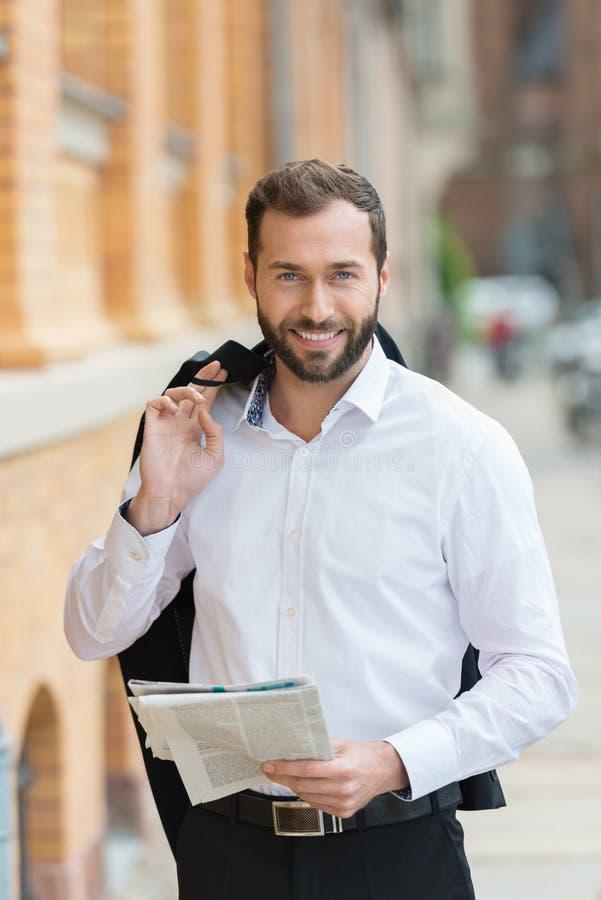Uomo d'affari che fa una passeggiata durante il suo intervallo di pranzo fotografie stock
