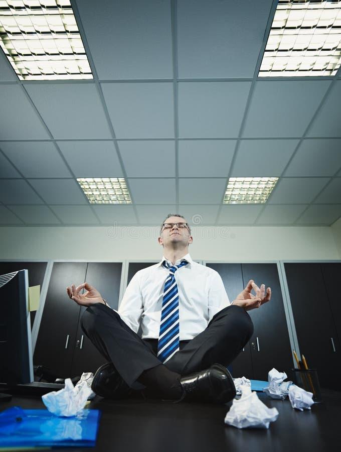 Uomo D 39 Affari Che Fa Yoga In Ufficio Fotografia Stock