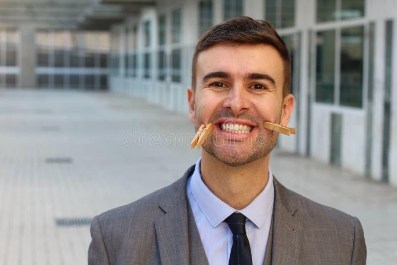 Uomo d'affari che finge di essere felice immagini stock