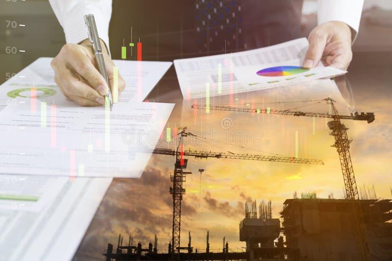 Uomo d'affari che firma un contratto della costruzione di edifici fotografia stock