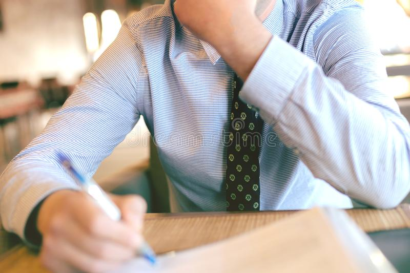Uomo d'affari che firma un documento fotografia stock
