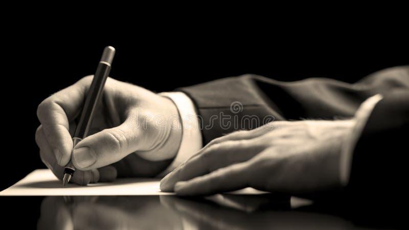 Uomo d'affari che firma un documento immagine stock