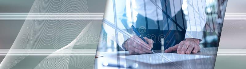 Uomo d'affari che firma un documento, doppia esposizione, effetto della luce Bandiera panoramica immagini stock