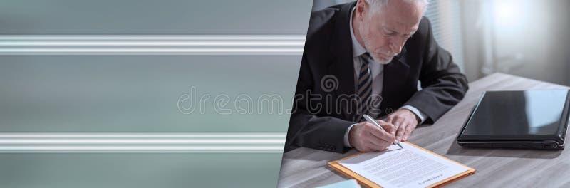 Uomo d'affari che firma un documento (il testo di lorem ipsum ha usato) Bandiera panoramica fotografia stock