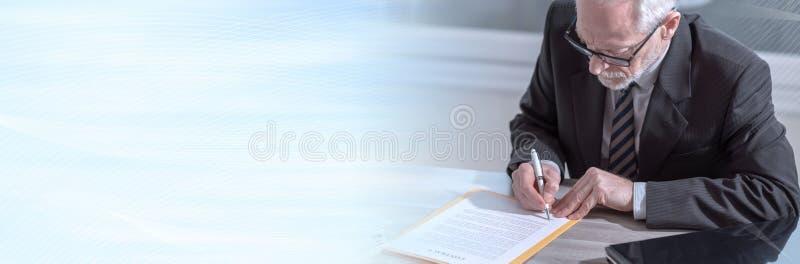 Uomo d'affari che firma un documento (il testo di lorem ipsum ha usato) Bandiera panoramica fotografie stock
