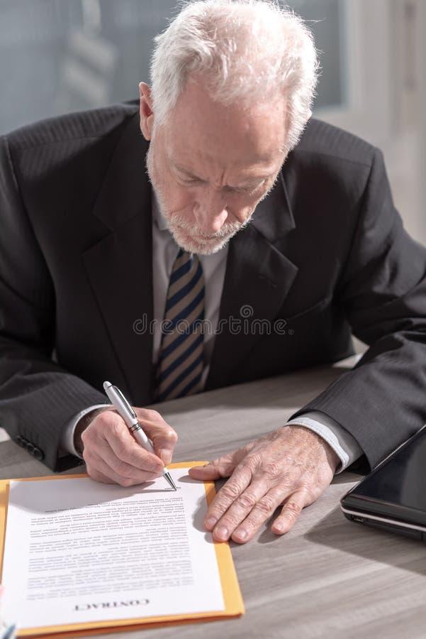 Uomo d'affari che firma un documento (il testo di lorem ipsum ha usato) fotografie stock