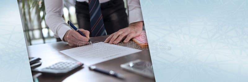 Uomo d'affari che firma un documento; insegna panoramica fotografie stock