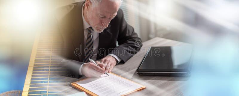 Uomo d'affari che firma un documento (testo di lorem ipsum usato); esposizione multipla fotografie stock libere da diritti