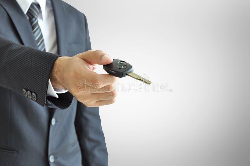 Uomo d'affari che fornisce una chiave dell'automobile - vendita dell'automobile & concetto dell'affitto immagini stock libere da diritti