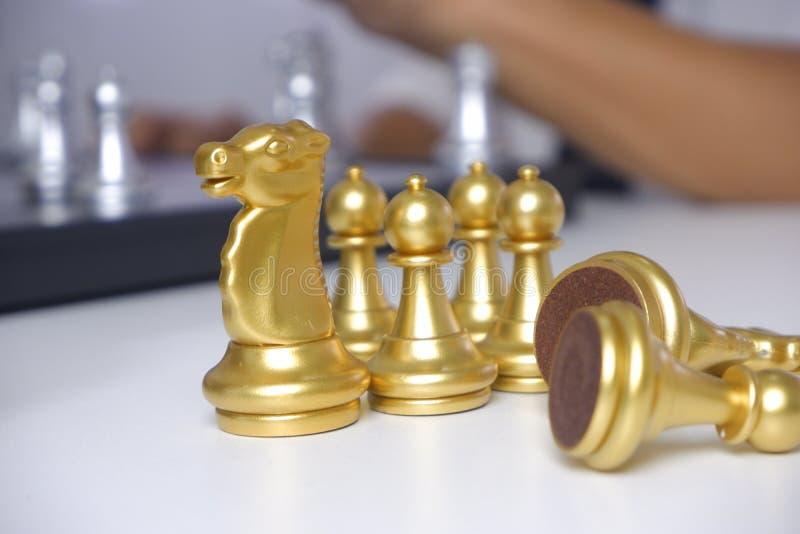 Uomo d'affari che gioca il gioco di scacchi; per strategia aziendale, direzione e concetto della gestione fotografie stock libere da diritti