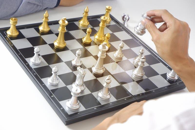 Uomo d'affari che gioca il gioco di scacchi; per strategia aziendale, direzione e concetto della gestione fotografia stock