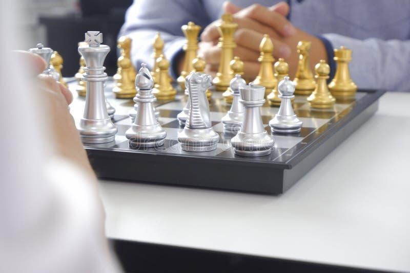 Uomo d'affari che gioca il gioco di scacchi; per strategia aziendale, direzione e concetto della gestione fotografia stock libera da diritti