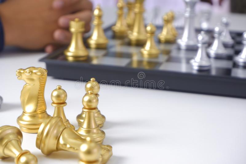 Uomo d'affari che gioca il gioco di scacchi; per strategia aziendale, direzione e concetto della gestione immagini stock
