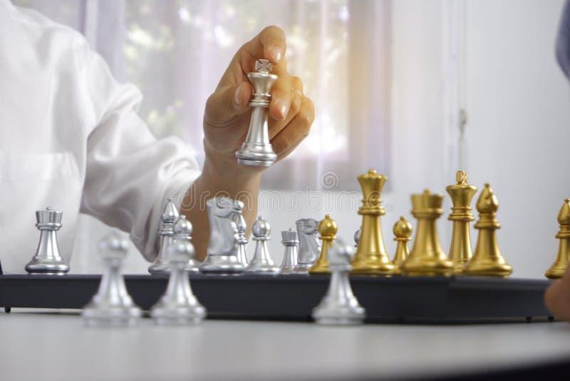 Uomo d'affari che gioca il gioco di scacchi; per strategia aziendale, direzione e concetto della gestione fotografie stock