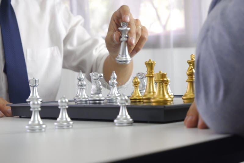 Uomo d'affari che gioca il gioco di scacchi; per strategia aziendale, direzione e concetto della gestione immagini stock libere da diritti