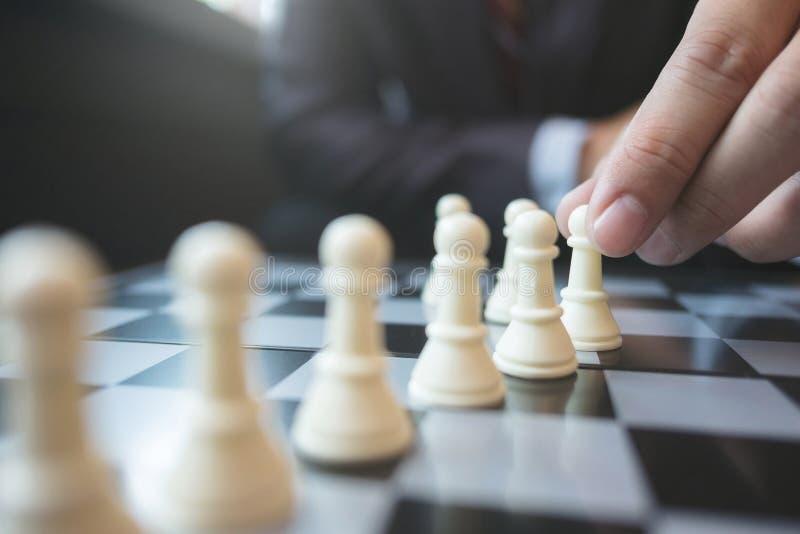 Uomo d'affari che gioca scacchi a bordo nel concetto dell'ufficio, di strategia e della concorrenza fotografia stock