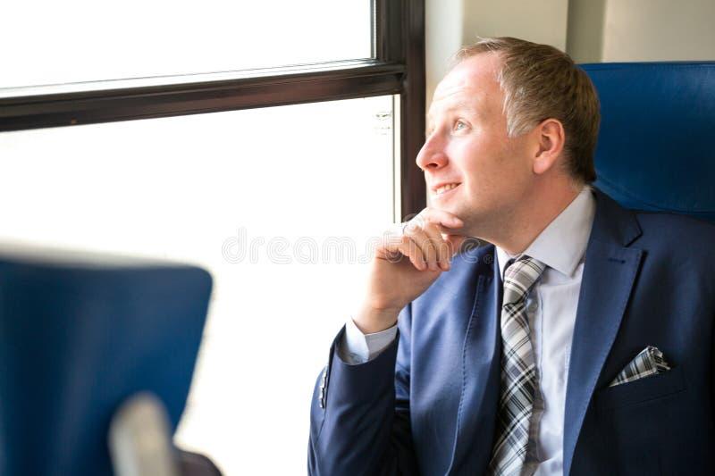 Download Uomo D'affari Che Gode Del Suo Viaggio In Treno Immagine Stock - Immagine di adulto, goda: 56889447