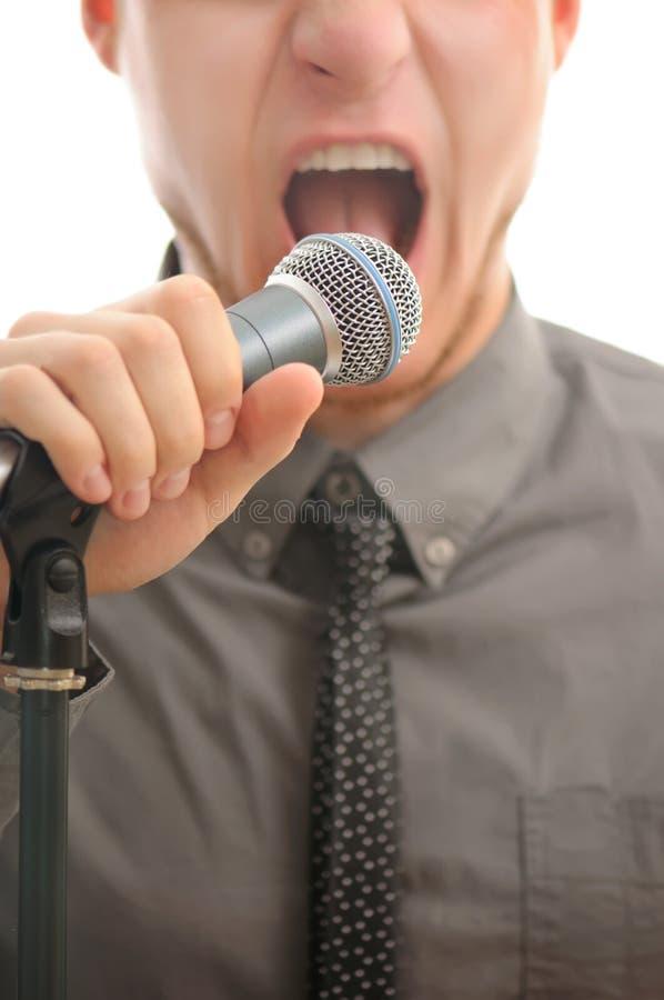 Uomo d'affari che grida in microfono fotografie stock libere da diritti