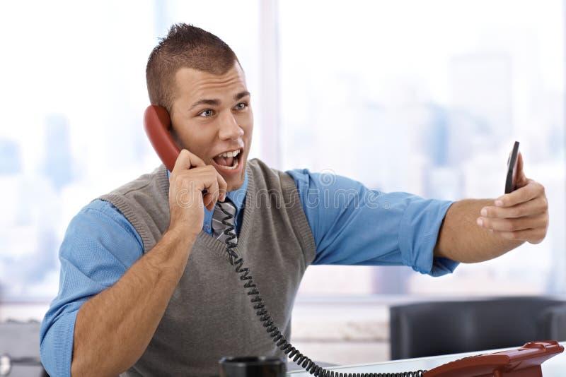 Uomo d'affari che grida sul telefono fotografia stock libera da diritti