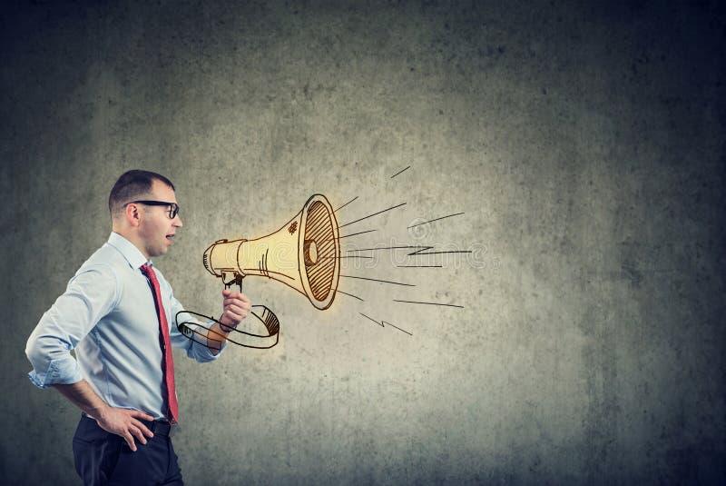 Uomo d'affari che grida in un megafono immagini stock