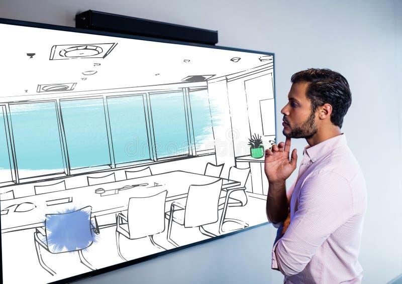 uomo d'affari che guarda lo schermo sulla parete e che pensa sul nuovo desing di nuova sala riunioni immagine stock libera da diritti