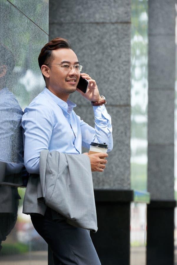Uomo d'affari che ha conversazione del telefono immagine stock