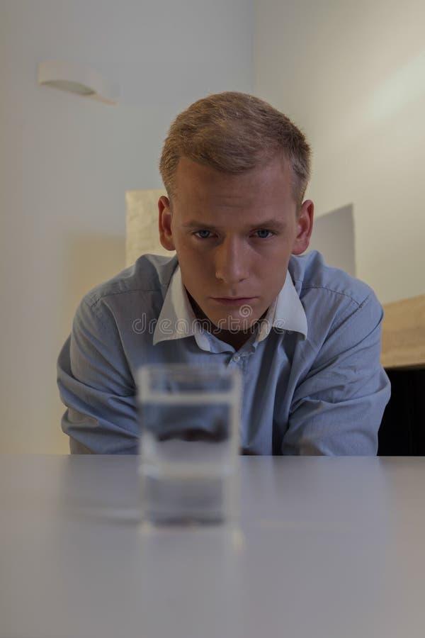 Uomo d'affari che ha problema alcolico fotografia stock libera da diritti
