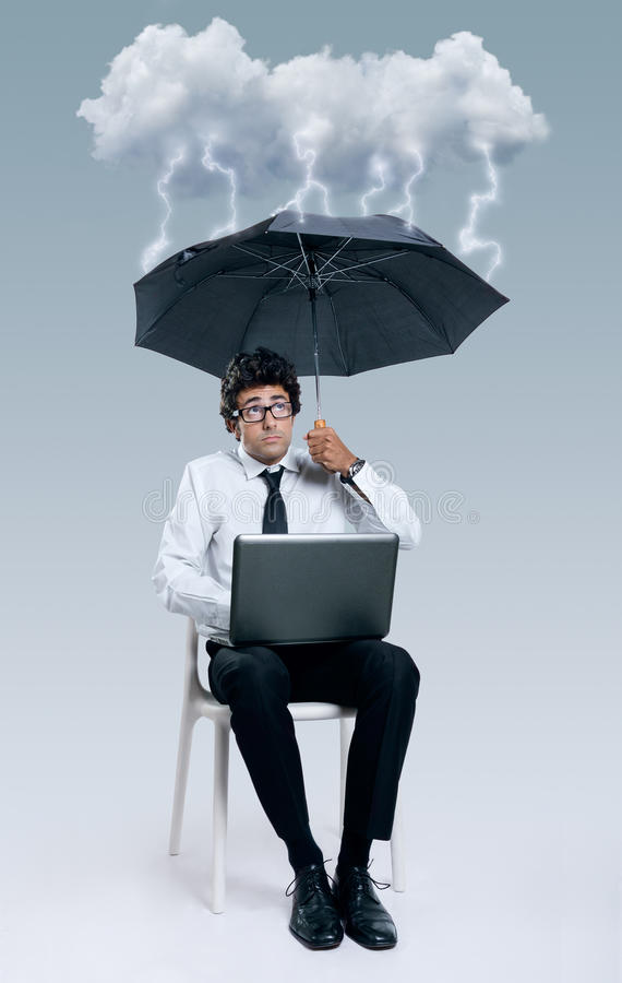 Uomo d'affari che ha problemi con tecnologia di computazione della nuvola fotografie stock