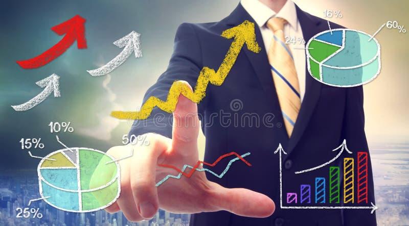 Uomo d'affari che indica alle frecce in aumento illustrazione di stock