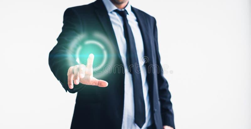 Uomo d'affari che indica con il dito sullo schermo virtuale - tecnologia nel concetto di affari fotografie stock libere da diritti