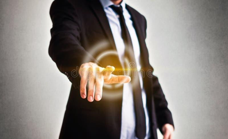 Uomo d'affari che indica con il dito sullo schermo virtuale - tecnologia nel concetto di affari fotografie stock