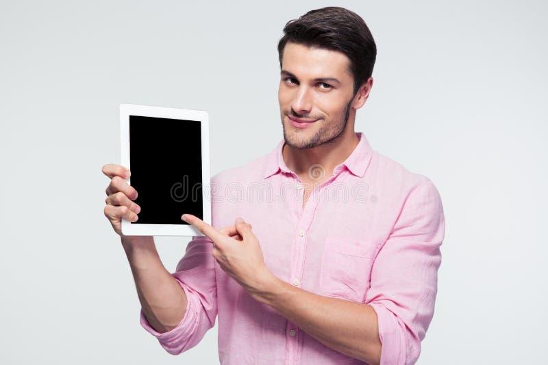 Uomo d'affari che indica dito sullo schermo di computer della compressa immagini stock