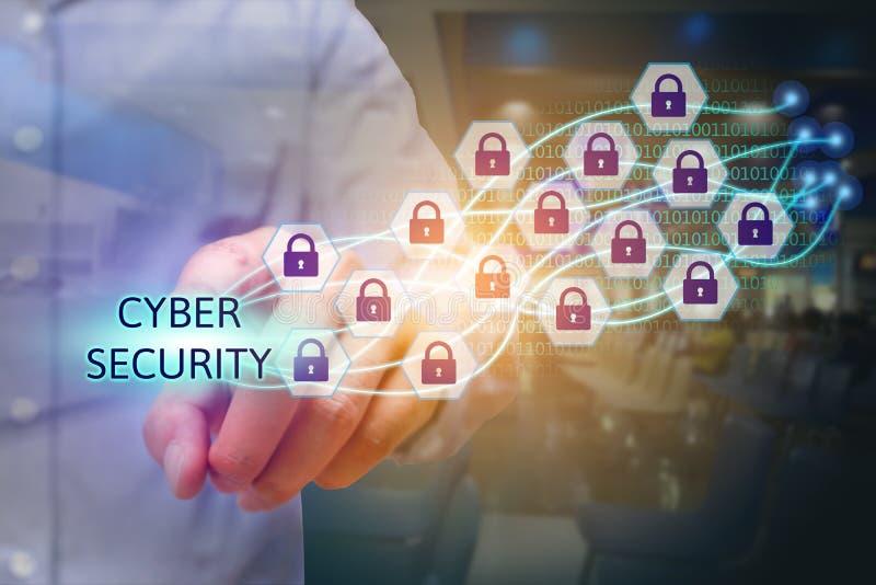 Uomo d'affari che indica il testo cyber di sicurezza con l'icona della serratura immagini stock libere da diritti
