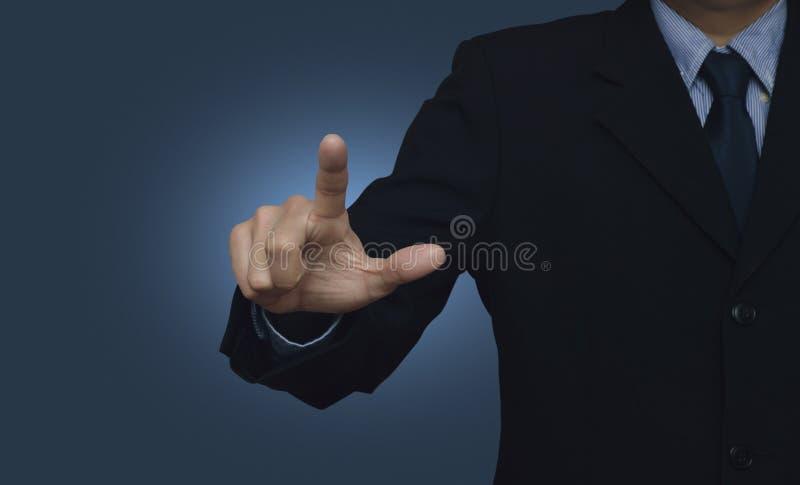 Uomo d'affari che indica qualcosa o che tocca un touch screen sopra immagine stock